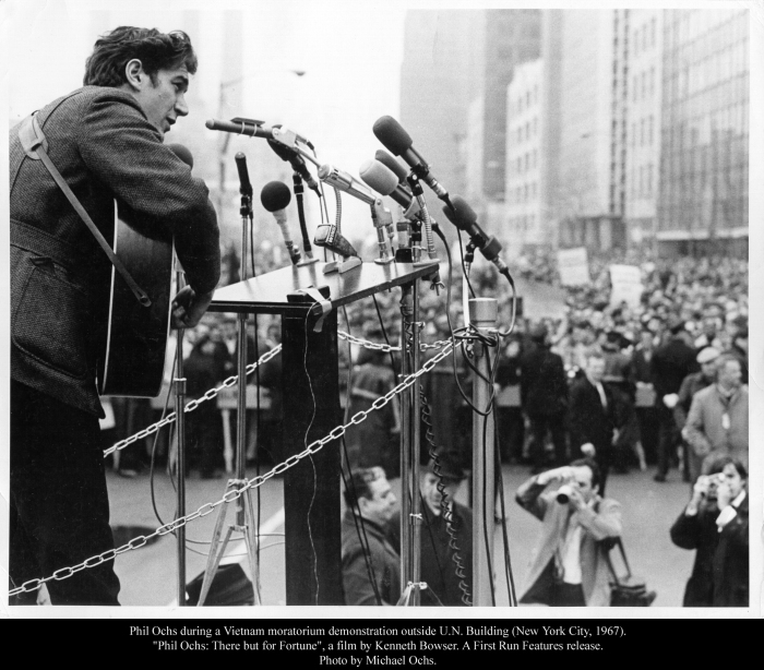 Phil Ochs during a Vietnam moratorium demonstration outside U.N. Building (New York City, 1967). Photo by Michael Ochs.